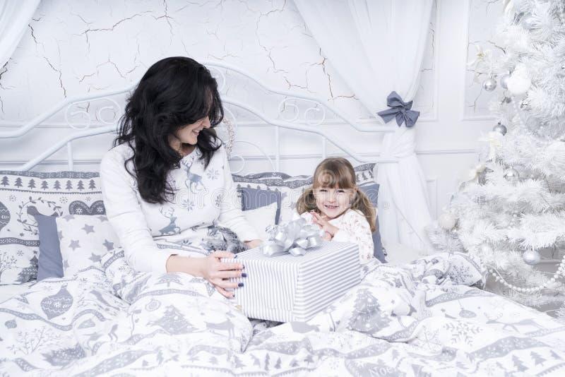 Mamma con un regalo per sua figlia immagini stock
