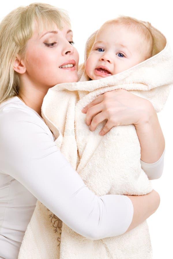 Mamma dat baby omhelst stock foto