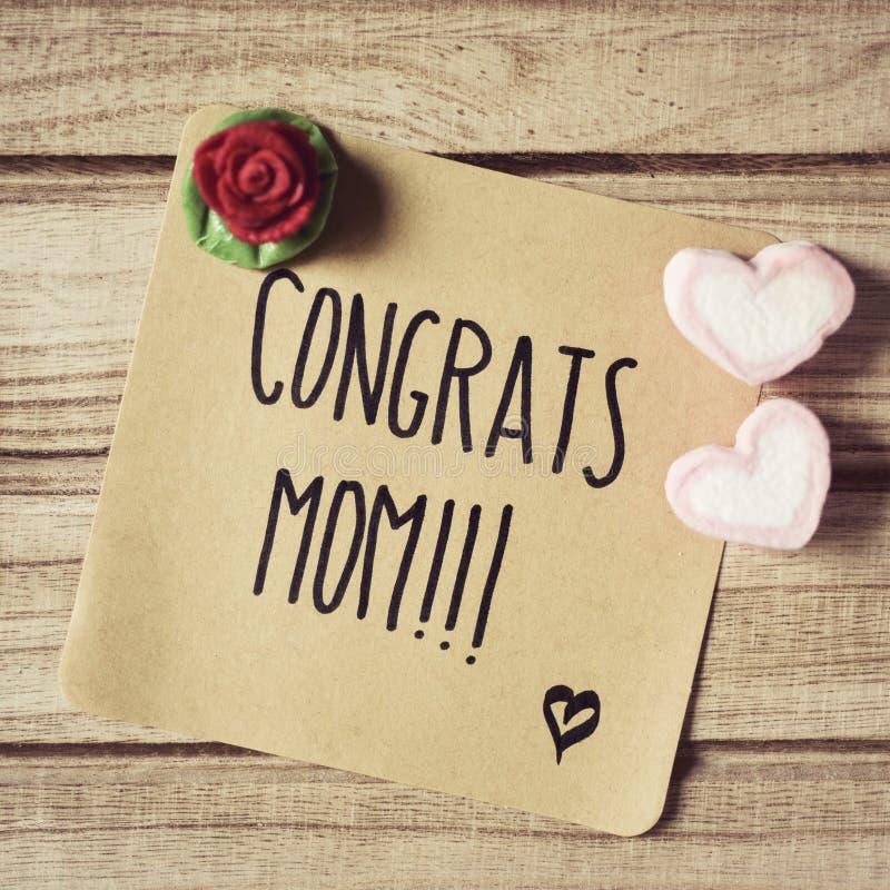 Mamma dei congrats del testo in una nota fotografia stock libera da diritti