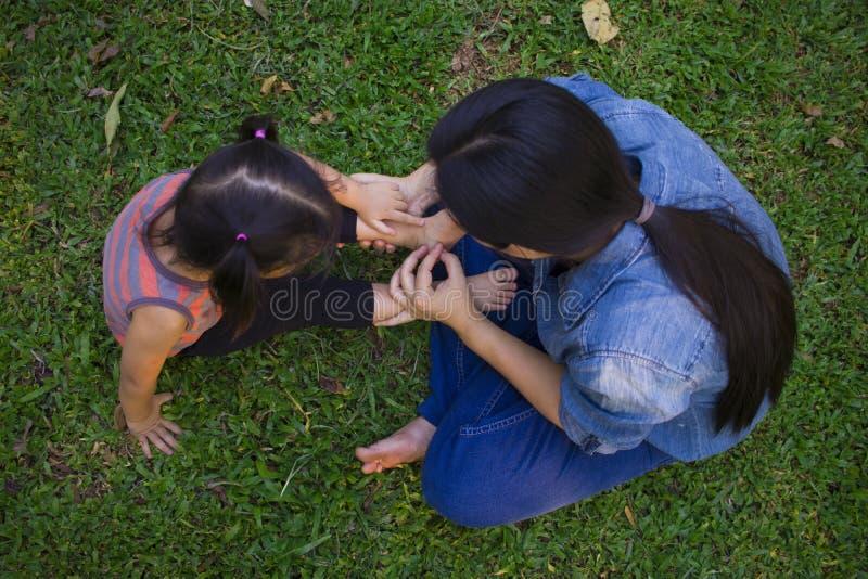 Mamma del ritratto di stile di vita e figlia nella felicità all'esterno nel prato, famiglia asiatica divertente in un giacimento  fotografie stock libere da diritti