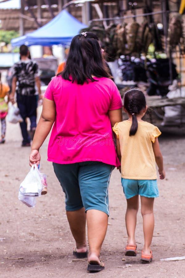 Mamma dell'Asia con la passeggiata della figlia dell'Asia per comperare fotografia stock