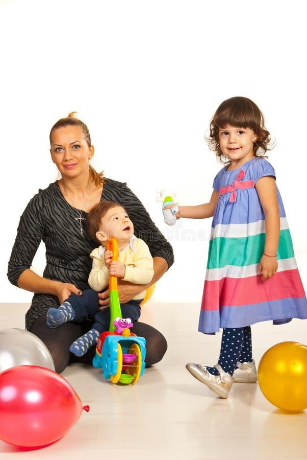 Mamma di Hapy con due bambini immagine stock