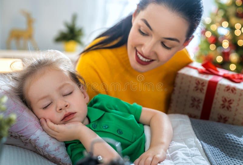 Mamma die Cristmas-gift voorbereiden aan dochter royalty-vrije stock afbeelding