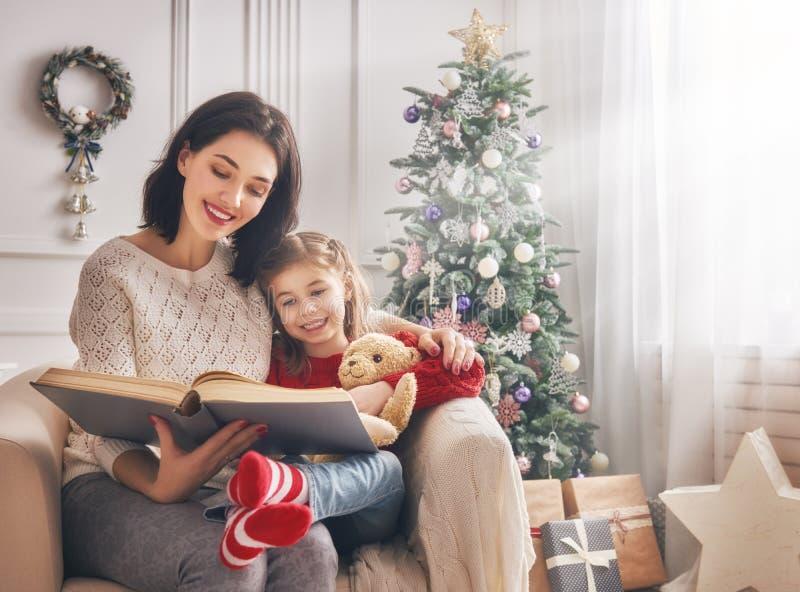 Mamma die een boek lezen aan haar dochter royalty-vrije stock fotografie