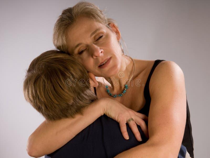 Mamma, die ihren Sohn umarmt lizenzfreies stockfoto