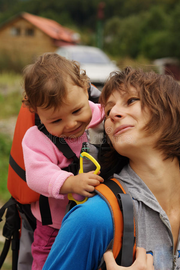 Mamma, die Schätzchen einen Kuss schickt lizenzfreies stockbild