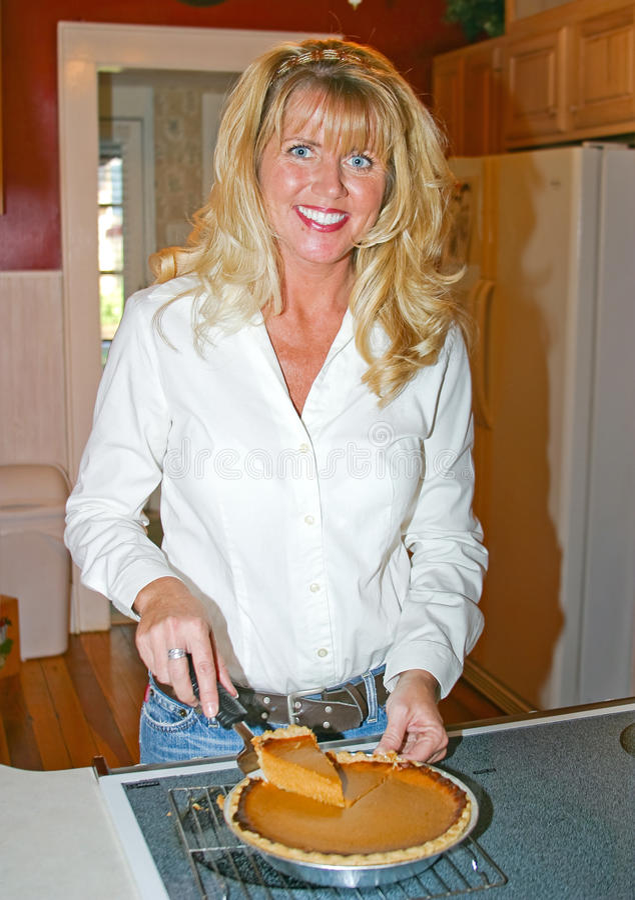 Mamma Dienende Pastei stock fotografie