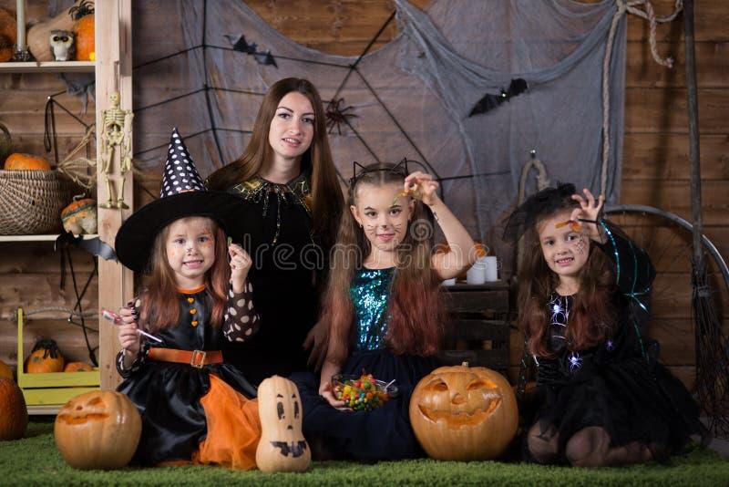 Mamma e bambini di Halloween fotografia stock