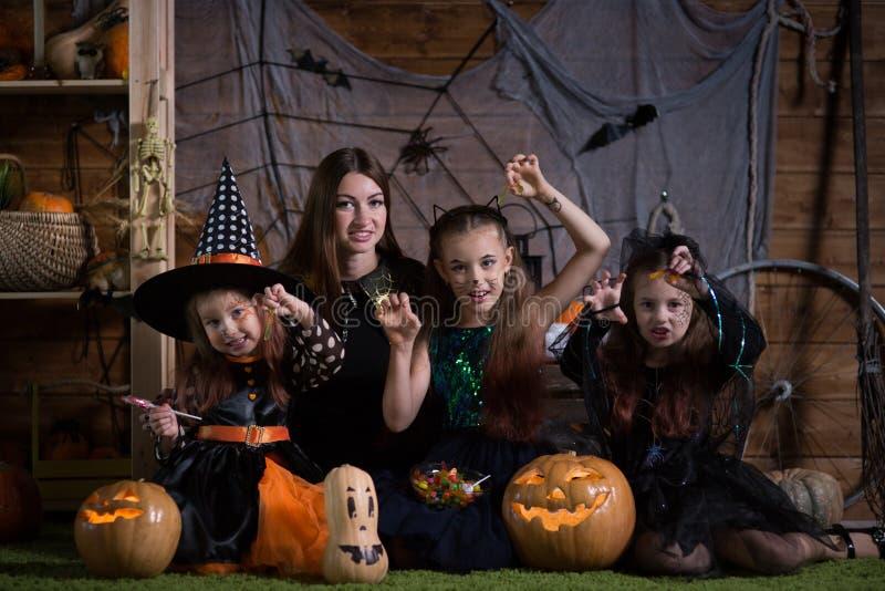 Mamma e bambini di Halloween immagine stock