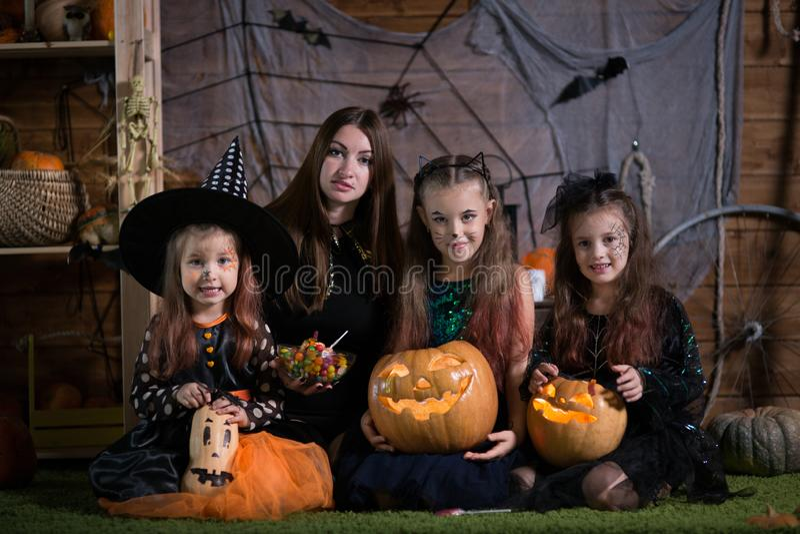 Mamma e bambini di Halloween immagini stock