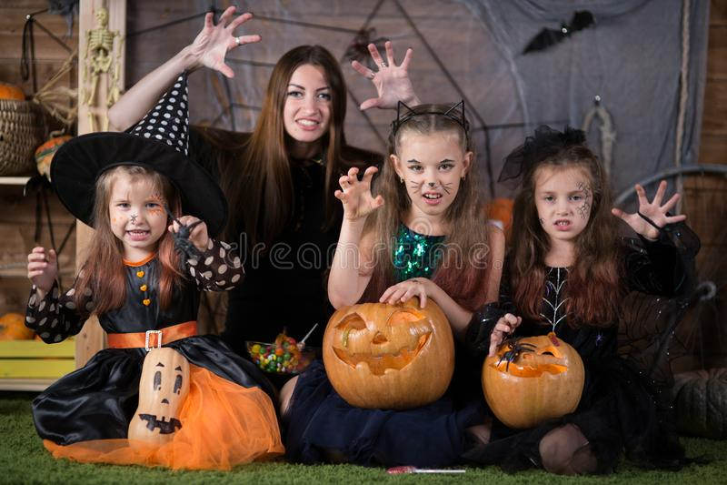 Mamma e bambini di Halloween fotografie stock