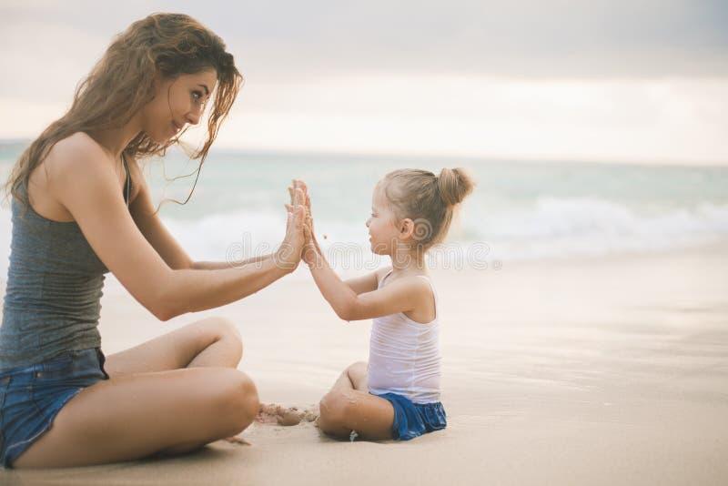 Mamma e bambino che giocano vicino alla spiaggia Viaggiando con la famiglia, bambino immagini stock libere da diritti