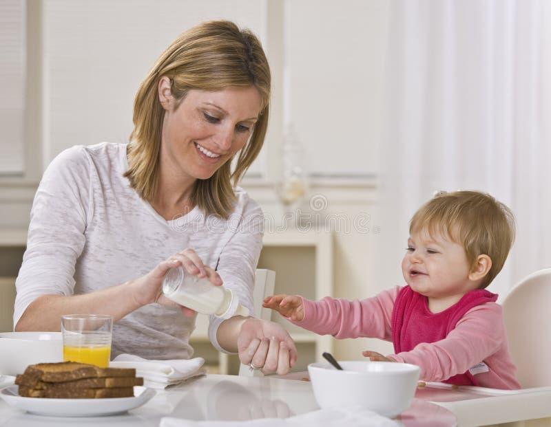 Mamma e bambino che mangiano prima colazione fotografia stock