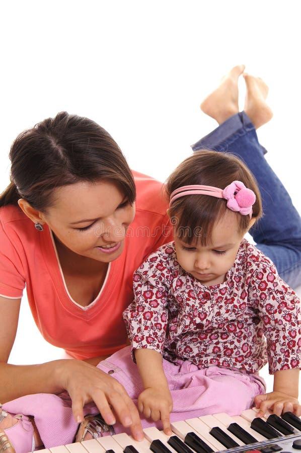 mamma e bambino con il piano immagine stock libera da diritti