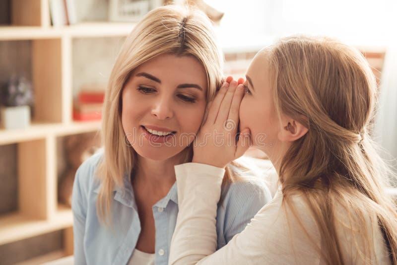 Mamma e figlia adolescente fotografia stock libera da diritti