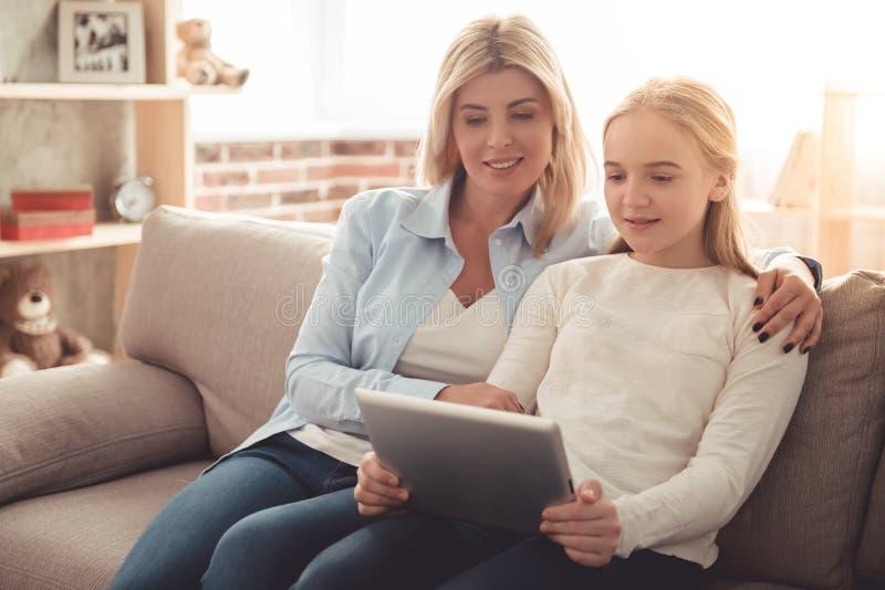 Mamma e figlia adolescente fotografie stock