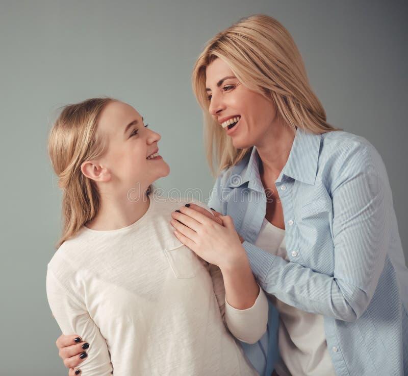 Mamma e figlia adolescente fotografie stock libere da diritti