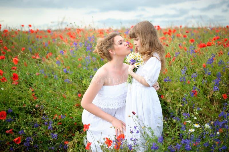 Mamma e figlia amorose felici Ragazza del bambino e della madre che gioca e immagini stock