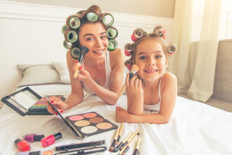 Mamma e figlia a casa fotografie stock
