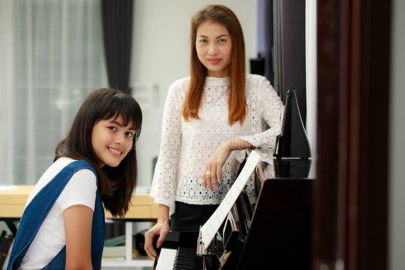 Mamma e figlia che giocano piano immagini stock libere da diritti