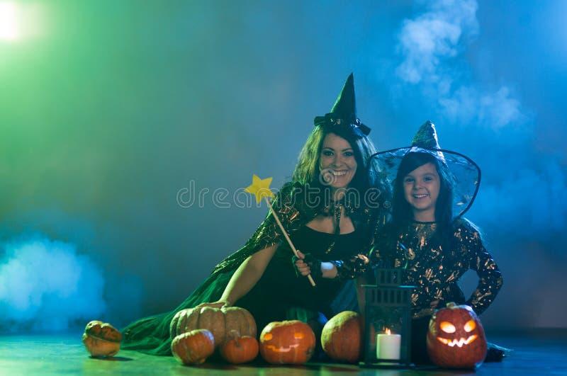 Mamma e figlia in costumi di Halloween fotografia stock libera da diritti