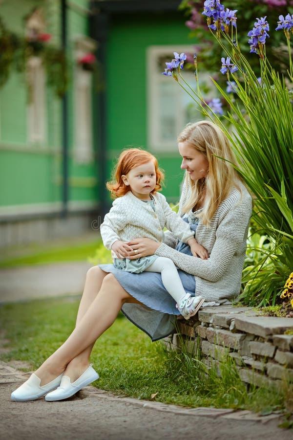Mamma e figlia dai capelli rossi che sorridono di estate nel parco immagini stock libere da diritti