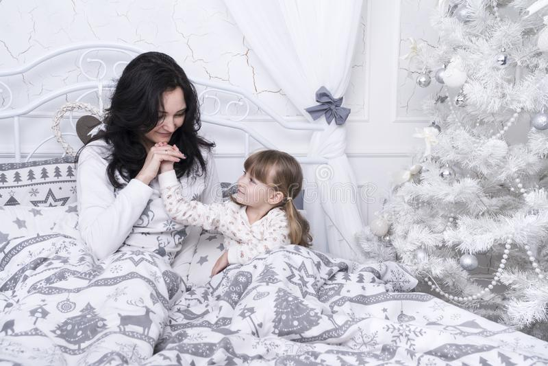 Mamma e figlia a letto fotografie stock libere da diritti