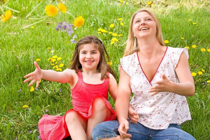 Mamma e figlia nel campo immagini stock libere da diritti