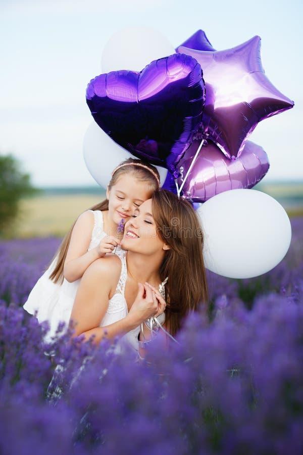 Mamma e figlia nel giacimento della lavanda Concetto di amore della famiglia immagine stock