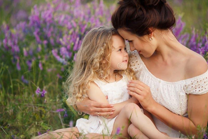 Mamma e figlia su un giacimento della lavanda immagini stock libere da diritti