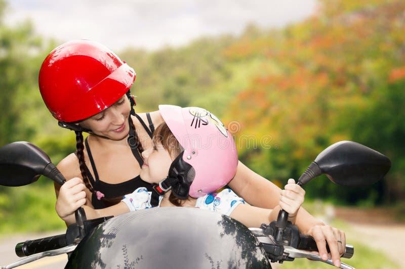 Mamma e figlia sulla bici fotografie stock