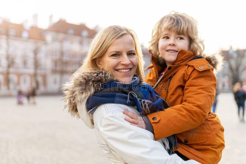 Mamma e figlio si abbracciano all'aperto fotografia stock libera da diritti