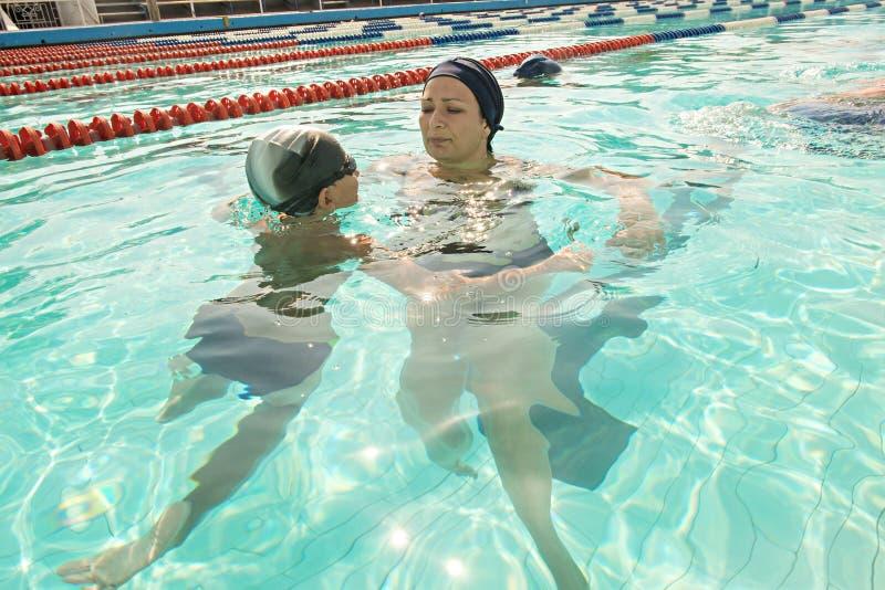 Mamma ed suo figlio nella piscina Dare della madre fotografie stock libere da diritti