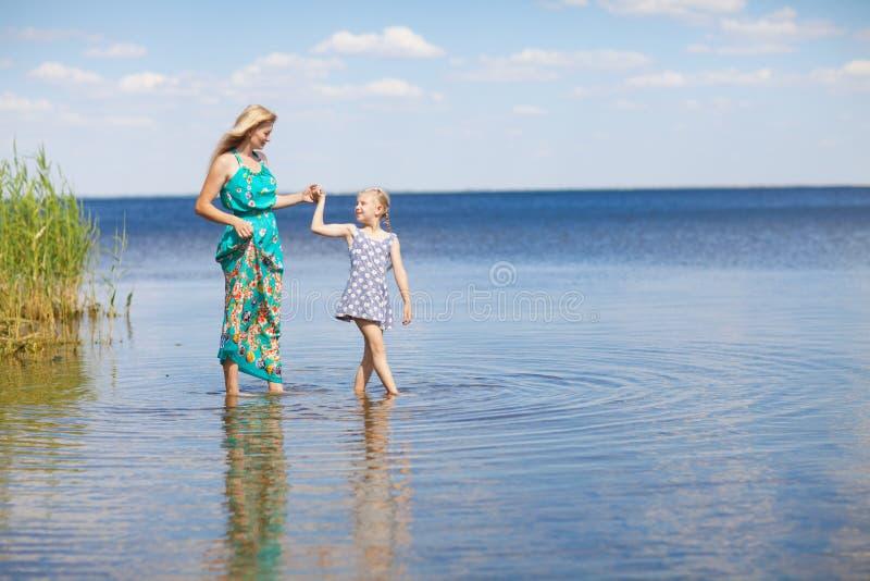 Mamma en dochter stock afbeeldingen