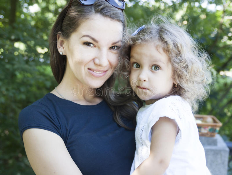 Mamma en dochter in aard stock fotografie