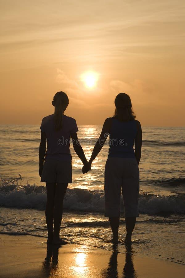 Mamma en dochter bij zonsopgang. royalty-vrije stock foto