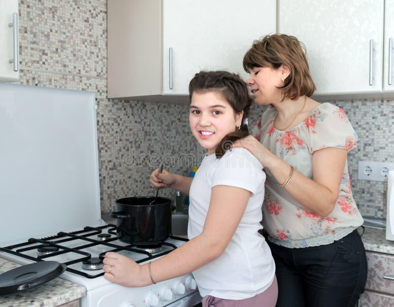 Mamma en dochter die soep voorbereiden royalty-vrije stock afbeeldingen