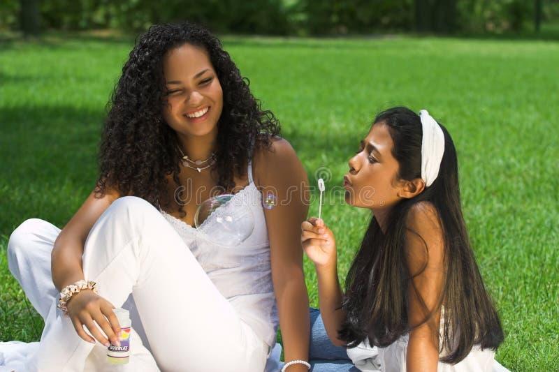 Mamma en dochter in het park royalty-vrije stock afbeelding