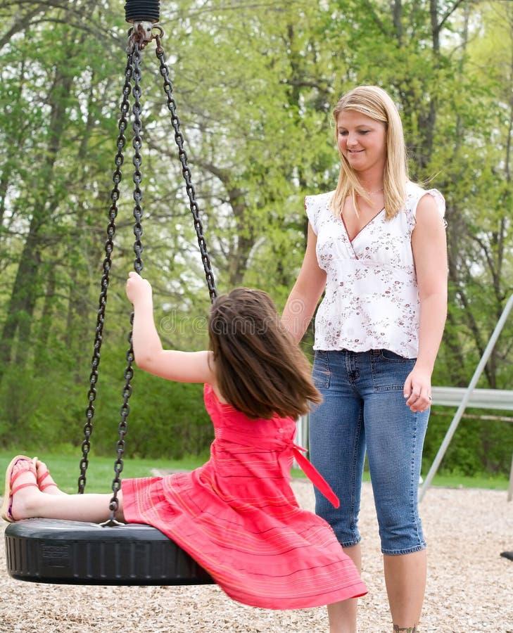 Mamma en Dochter op de Speelplaats stock foto's