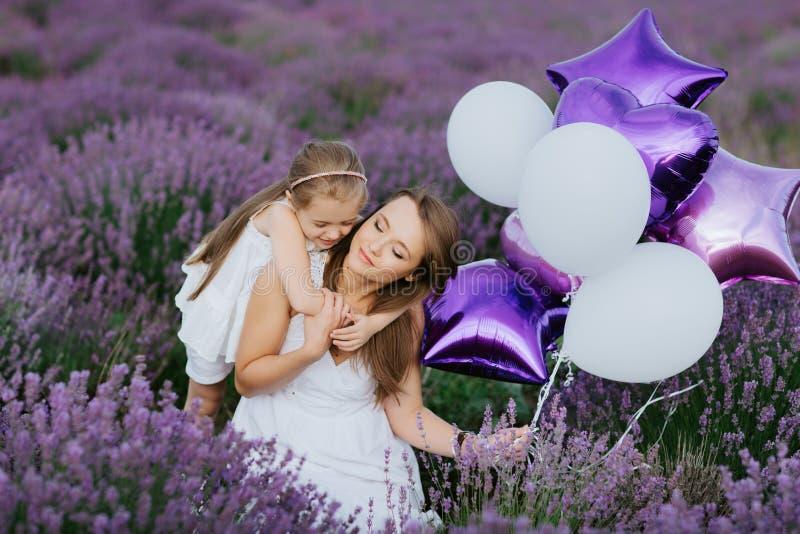 Mamma en Dochter op het lavendelgebied De liefdeconcept van de familie stock foto