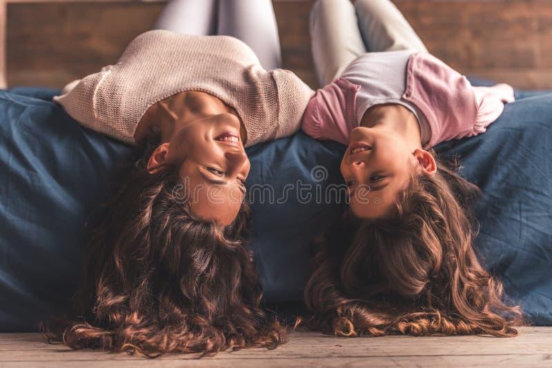 Mamma en dochter thuis stock afbeeldingen