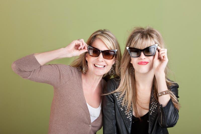 Mamma en Dochter in Zonnebril royalty-vrije stock fotografie