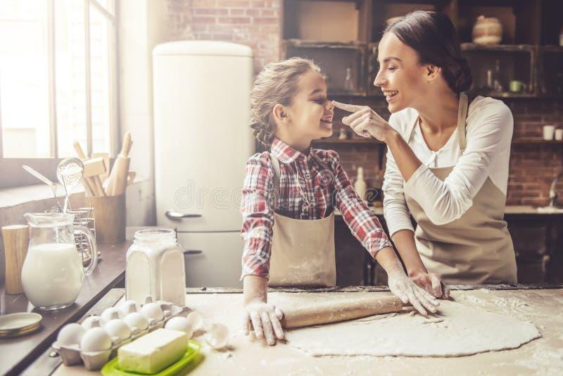 Mamma en dochterbaksel stock fotografie