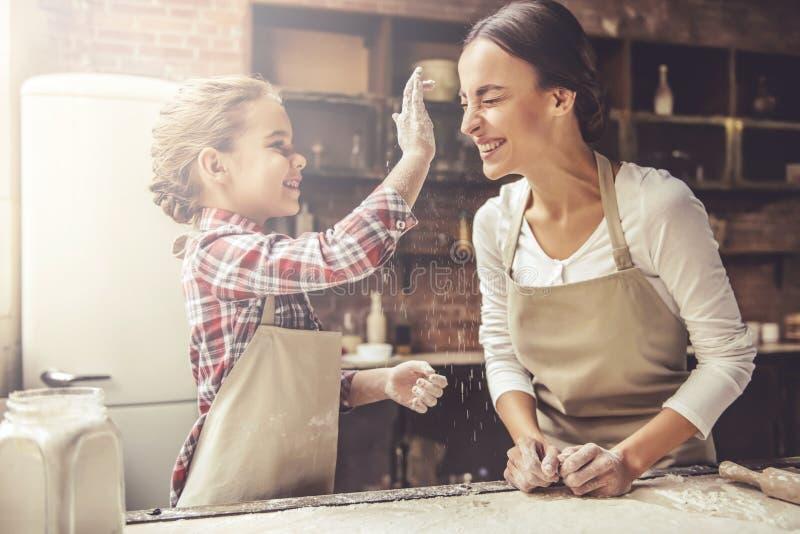 Mamma en dochterbaksel stock afbeeldingen