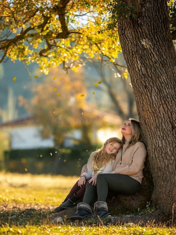 Mamma en dochterrust in het park in de herfst stock foto