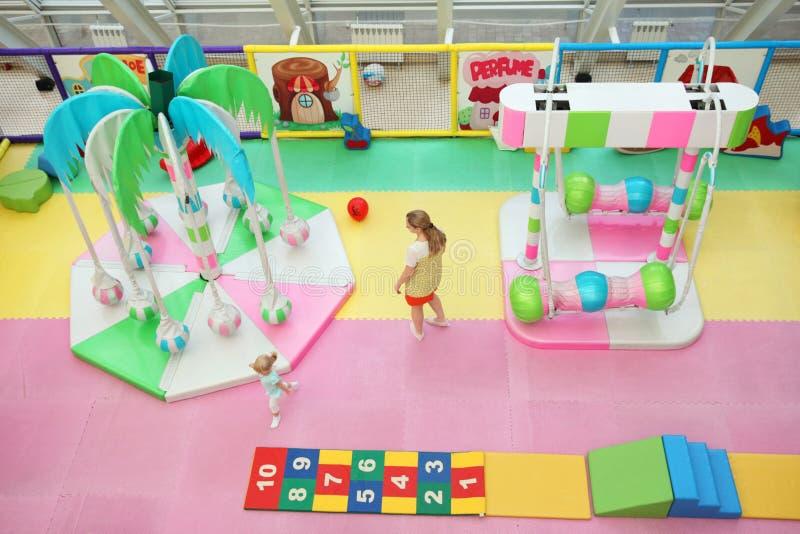 Mamma en dochterspel in de kinderen` s speelkamer moskou 30 07 royalty-vrije stock foto's