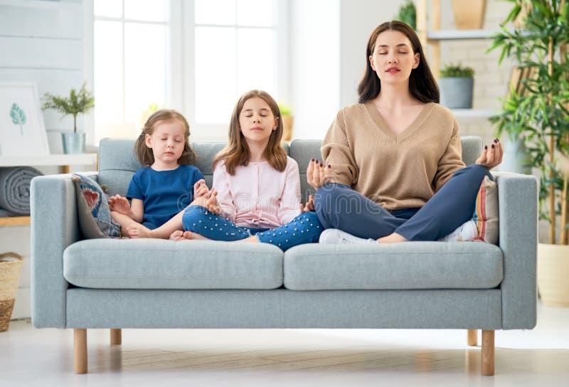 Mamma en haar dochters royalty-vrije stock afbeelding