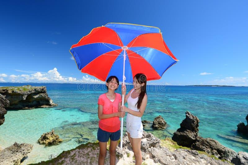 Mamma en haar kind bij het strand stock fotografie