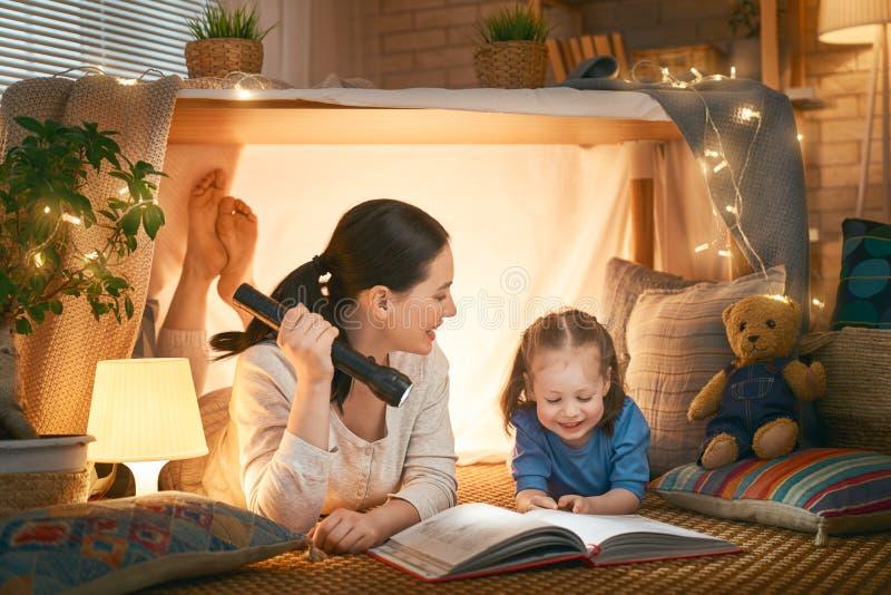 Mamma en kind die een boek lezen stock foto