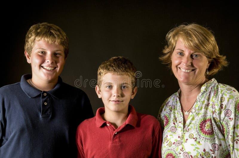Mamma en tienerjongens - gelukkige alleenstaande ouderfamilie stock foto